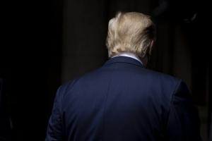 """Đằng sau """"cái lưng ông Trump"""""""